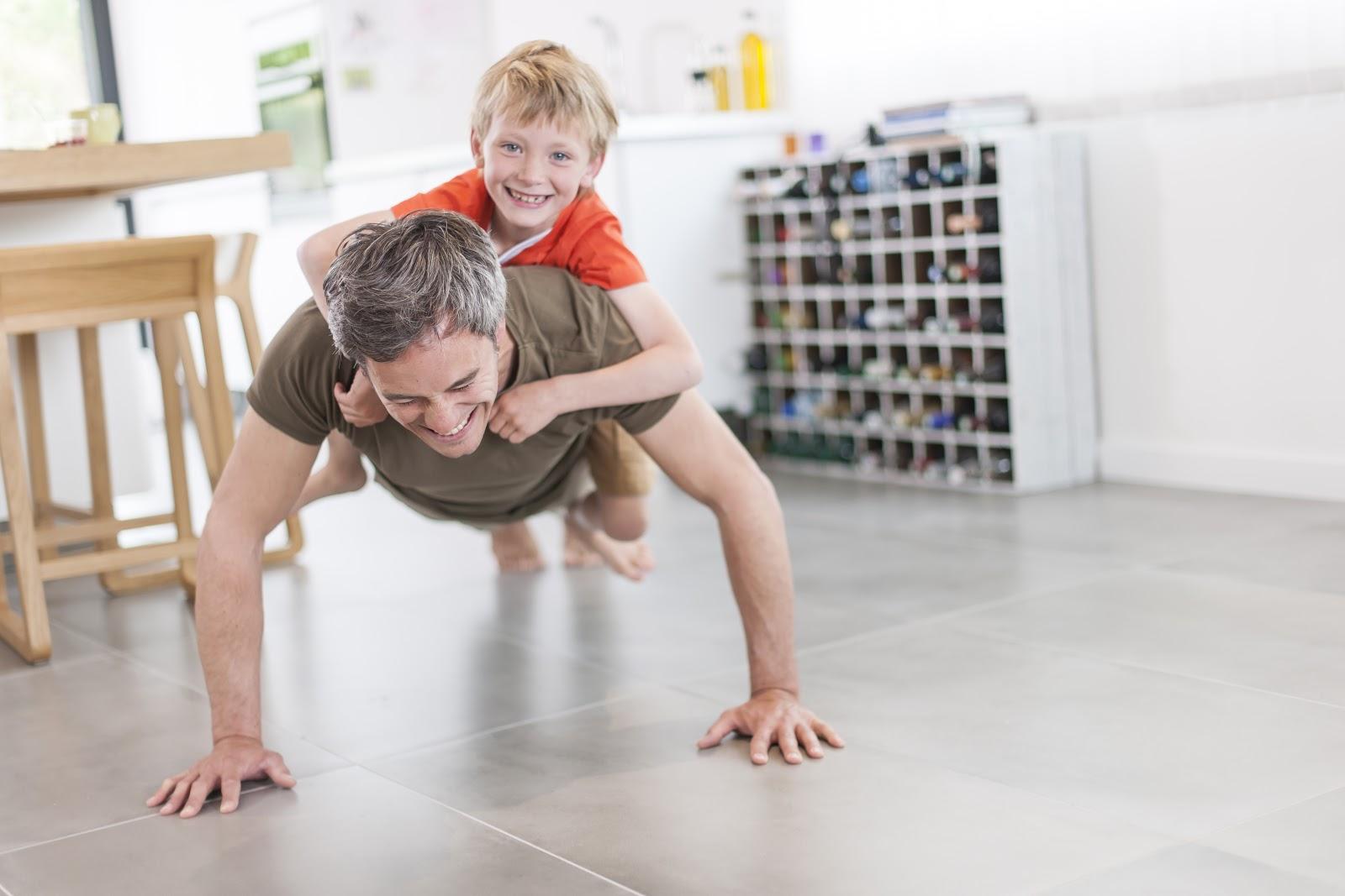 pai e filho fazendo flexão em casa