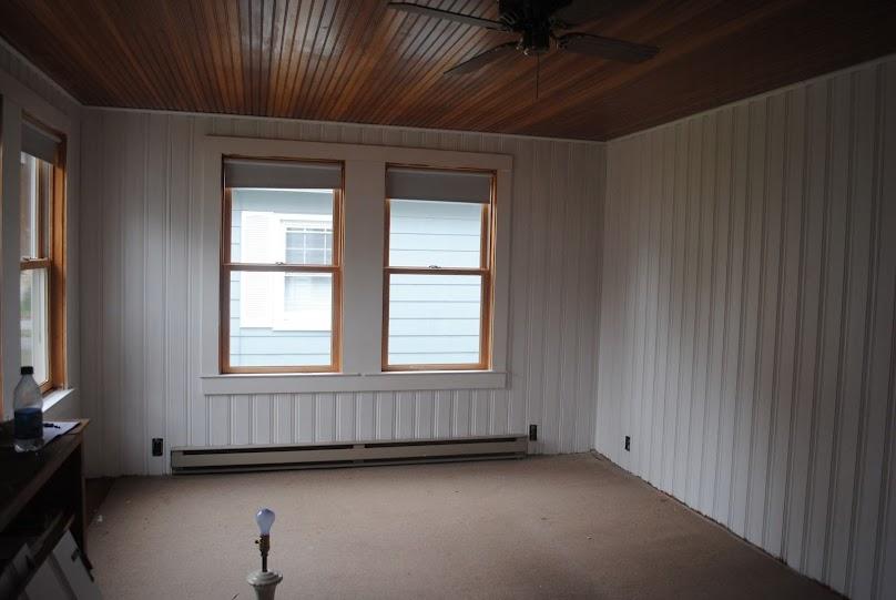 Aby nadać mieszkaniu nowoczesny wygląd, warto pomalować boazerię na biało lub inny jasny kolor