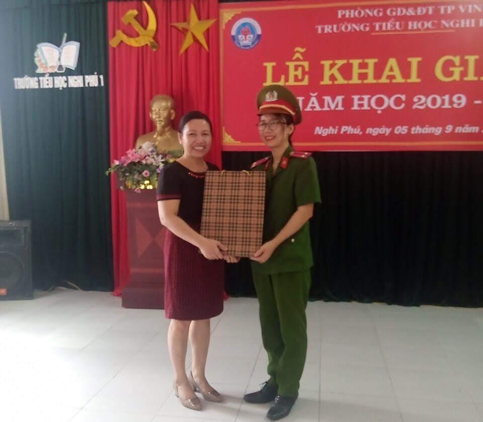 Hội phụ nữ Phòng CSCĐ trao tặng quà cho các em học sinh