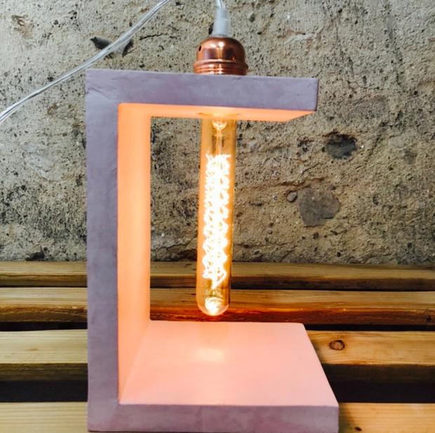 Profil de la lampe en béton