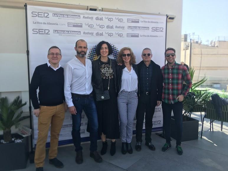 hisasur y ok sofás et Francisco y María José y Marco y Eva respectivamente, junto a Joaquín Laynez y el Director Comercial de La Voz de Almería y Cadena SER