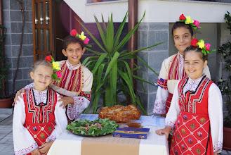 """Photo: Посрещане с хляб и мед от малките певици и танцьорки от ФТА """"Веселие"""", Симитли."""