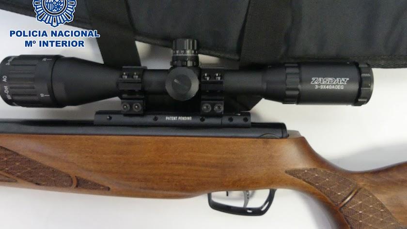Detalle de la mira telescópica de la escopeta usada por el detenido.