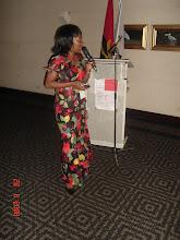 Photo: Juliana Luzolo Ngundo presentando o Angolinux.