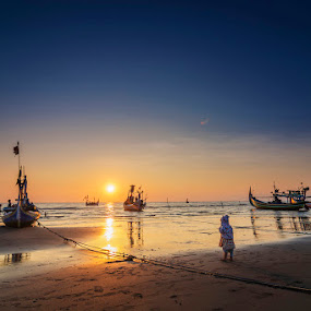 Bye Dad by Alfon Adalah Klepon - Landscapes Sunsets & Sunrises ( child, indonesia, east java, beach, sunrise, fishing boat,  )
