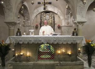 Photo: It.s2C32-141011Bari, basilique, crypte, messe, célébrant à l'autel  IMG_6124