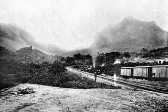Photo: Trem saindo da Estação da Raíz da Serra indo em direção a Petrópolis. Foto de 1895