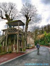 Photo: La guinguette la Fontaine au Plessis Robinson, une cabane dans les arbres encore préservée, datant du début du 19e siècle. Les gens venaient y danser les dimanches de la belle saison à Robinson -Guide de balade à vélo de Meudon à Sceaux par veloiledefrance.com