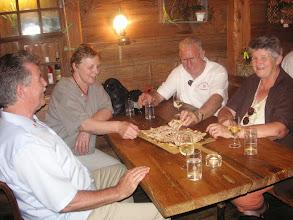 Photo: m.... das schmeckt,  und der guete Wein!   Wir bleiben noch einwenig !