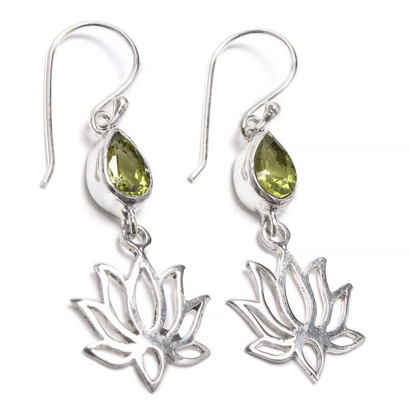 Peridot, droppformat örhänge med lotusblomma