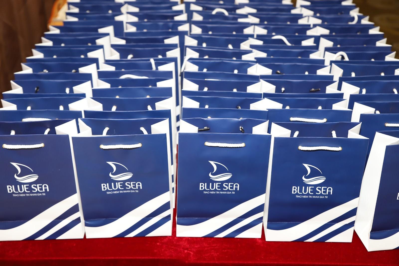 Những món quà công ty TNHH BlueSea gửi tặng  trong buổi offline.