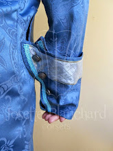 Photo: Casaca Rococó em brocado azul petróleo forrado com cetim de seda azul claro com aplicações de aviamentos cinza, prata e aul esverdiado. Está com colete combinando por baixo. ( Cada figurino é exclusivo). A partir de R$ 200,00.