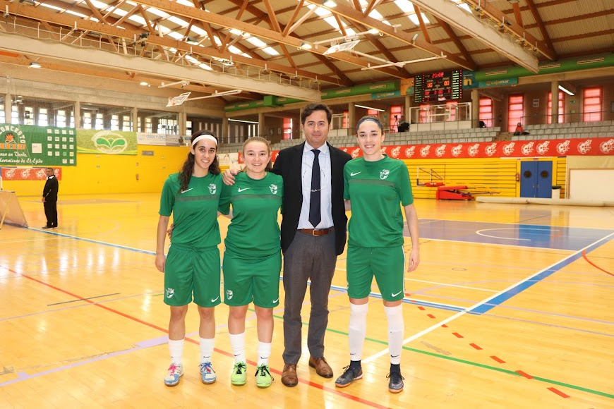 Francisco Góngora con las tres jugadoras del CD El Ejido.