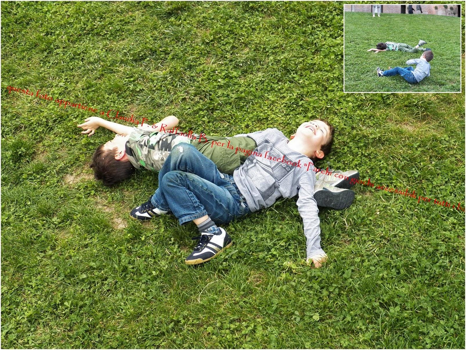 Photo: Cosa fanno i bimbi al parco oltre a usare scivolo, altalena e giochi a molla, (specialmente se non sono adatti a tutti i bambini)? Fanno i rotoloni dalla collinetta, ridono come matti e tornano a casa con i pantaloni e la maglia macchiati d'erba :-D