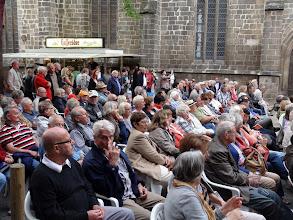 Photo: So viel Menschen sind selten auf dem Marktkirchhof