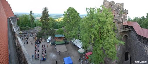Photo: Widok z dachu zamku na dziedziniec (panorama). Na wprost scena, na prawo szparag-serwis, dalej brama wjazdowa.
