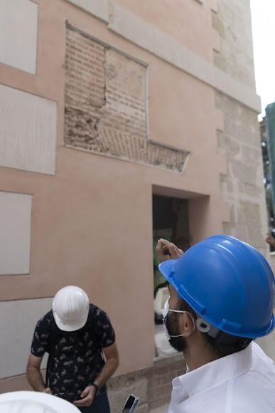 El arquitecto muestra el revestimiento encontrado