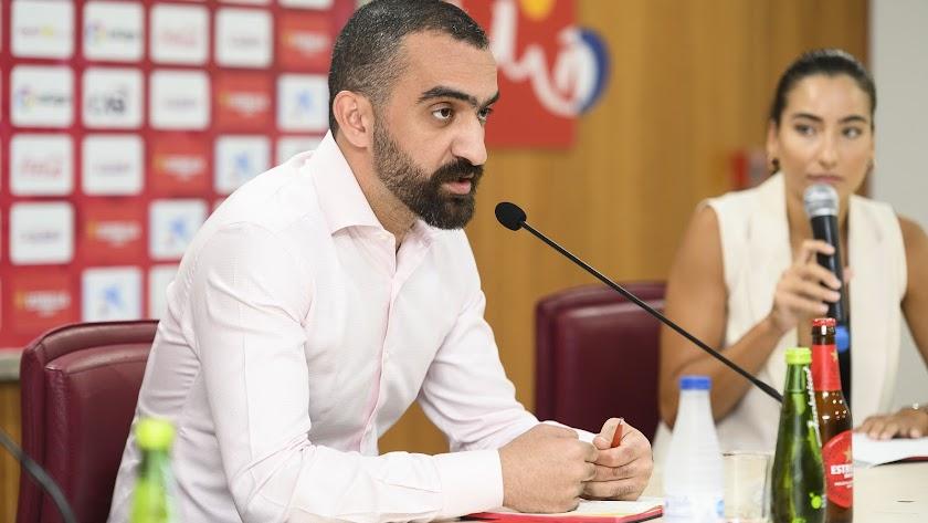 Mohamed El Assy en rueda de prensa junto a la traductora Sonia Gimeno.