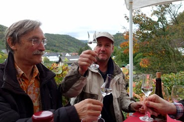 Im Ahrtal: Anstoßen mit feinem Destillat.