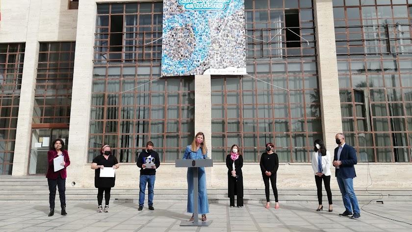 Representantes asociativos y municipales en la lectura del manifiesto.