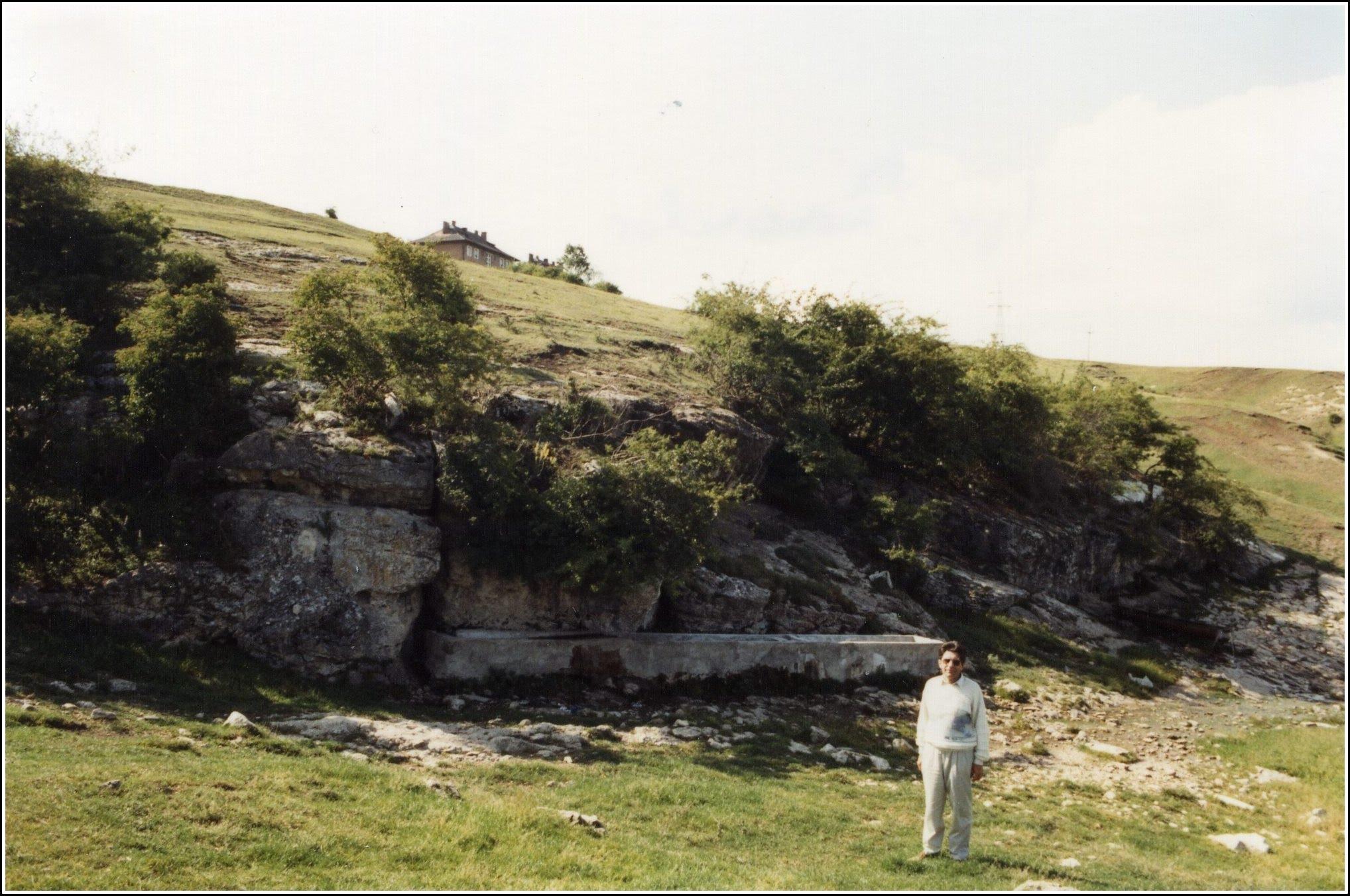 """Photo: """"Izvorul Romanilor"""" în 1993. Halăul de beton al izvorului (captat în trecut pentru alimentarea cu apă potabilă a castrului roman de pe Dealul Cetăţii), era încă intact. Nu departe de acest prim izvor se afla cel de al doilea izvor, de unde apa era captată în timpul Romanilor pentru alimentarea cu apă, printr-un apeduct separat, oraşul Potaissa."""" sursa Radu Cerghizan"""