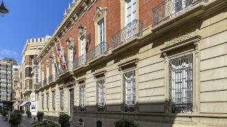 Banderas a media asta en la fachada principal de la Diputación Provincial.