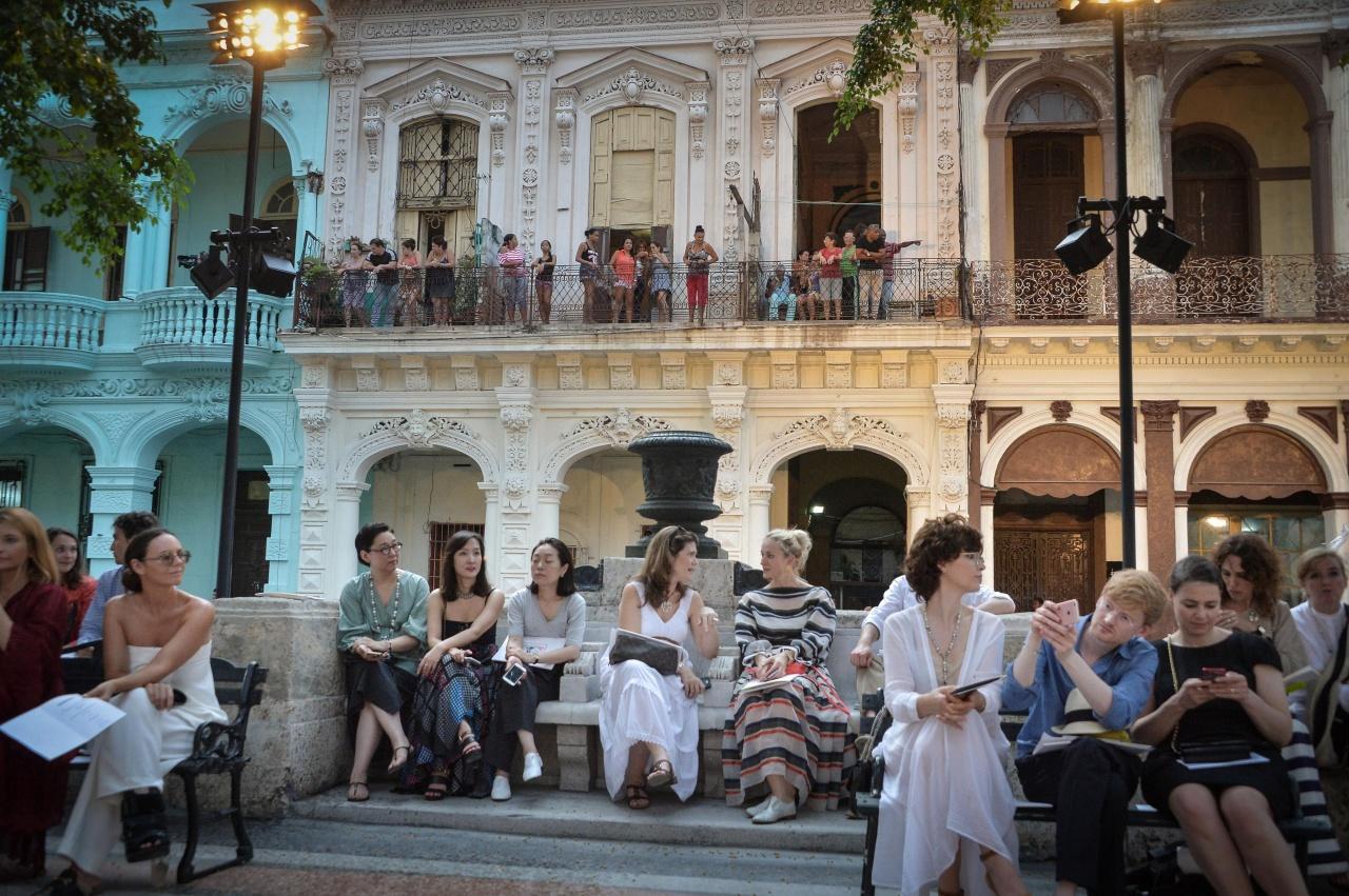 當地市民站在天橋兩旁的騎樓上觀看時裝騷,向來予人感覺「離地」的Chanel,也可以進入尋常百姓家。(Getty Images)