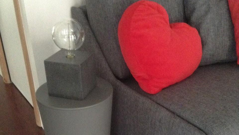 """Lampe béton  """"Cube"""" gris anthracite avec ampoule globe"""