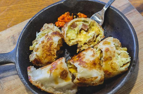 台北十大必吃早餐-樂口福鐵鍋蛋捲,酥香外皮料多豐富