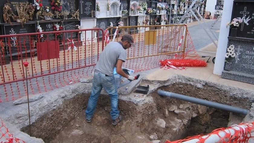 Arqueólogos buscan restos de represaliados en una fosa en el cementerio de Almería.