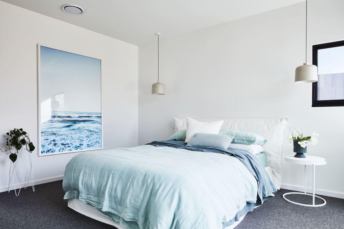 Inspirasi kamar tidur minimalis dengan sentuhan warna pastel - source: homedit.com