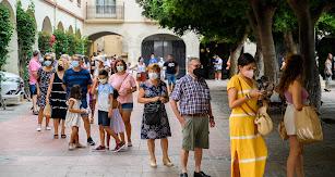 Miles de almerienses acuden, un año más, al reparto de abanicos solidarios formando grandes colas.