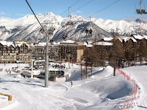 Photo: Remontées mécaniques et pistes bleues à Risoul, dans les Alpes du Sud.