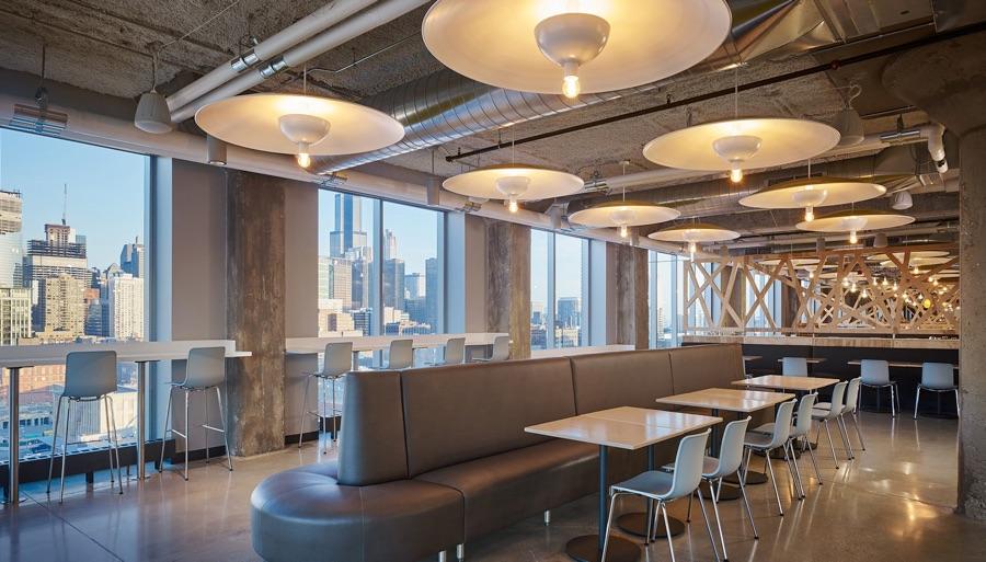 Die Küche im industriellen Stil im Google-Büro in Chicago mit Blick auf die Skyline
