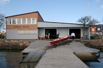 Photo: 2003.  Kaj Nielsen og Bjørn Nielsen har netop trukket båd op af vandet.