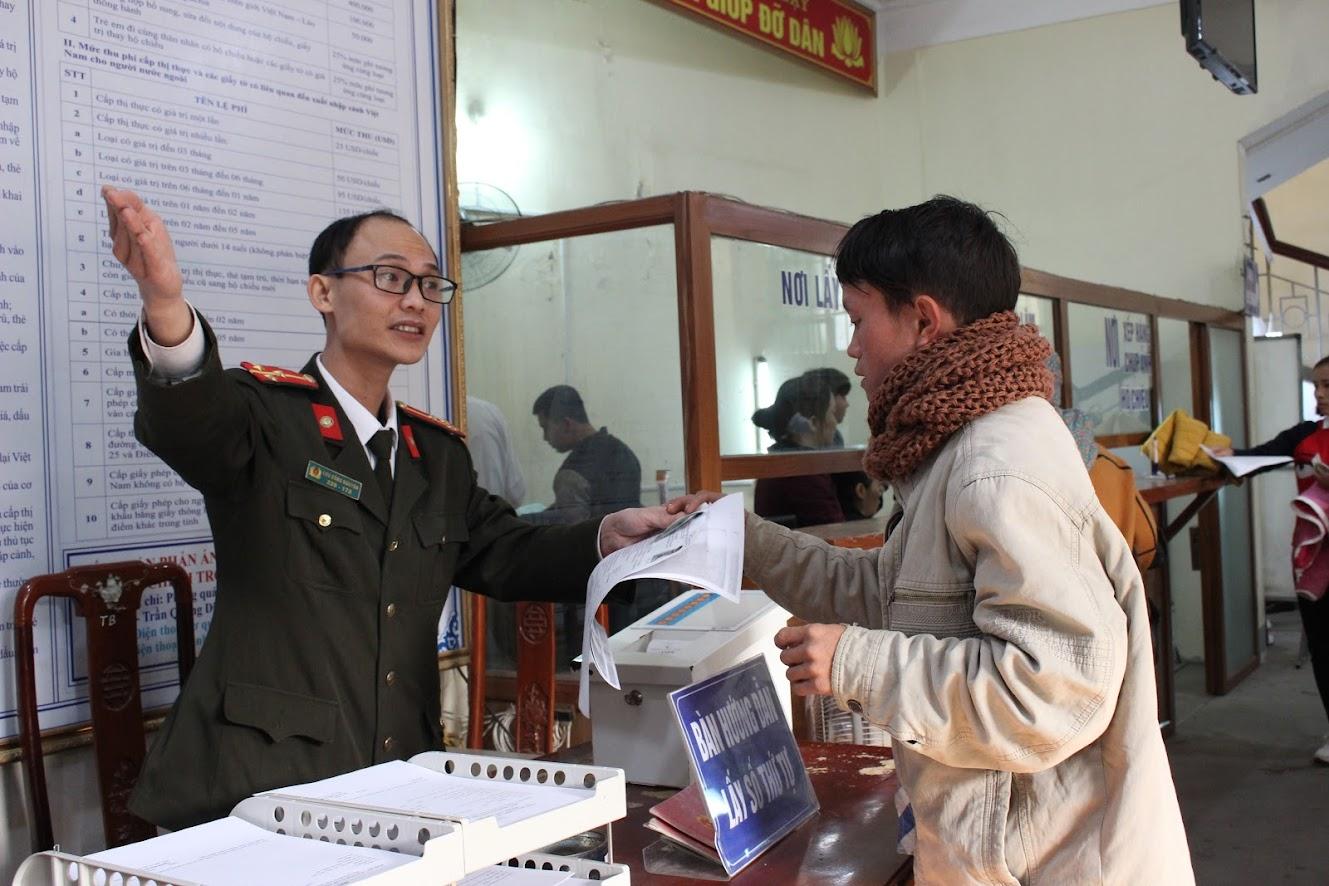 Cán bộ, chiến sỹ hướng dẫn người dân với thái độ lịch sự và trách nhiệm