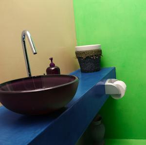 béton ciré coloré salle de bain design par les bétons de clara spécialiste du béton ciré réseau de franchise amélioration de l'habitat