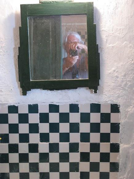 Autorretrato del fotógrafo, ya en color y jugando con un espejo.