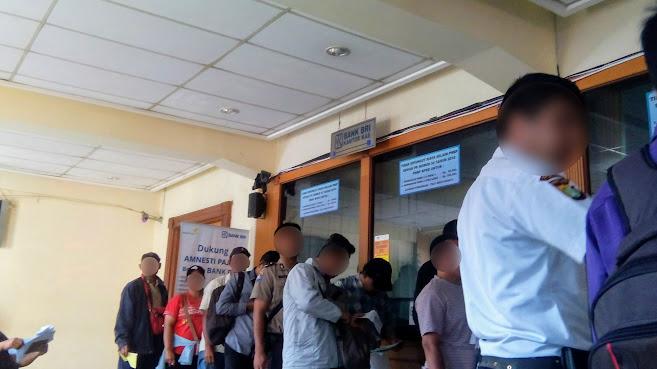 Suasana antrian loket pembayaran bank BRI saat Mengurus Balik Nama BPKB di Polda Metro Jaya