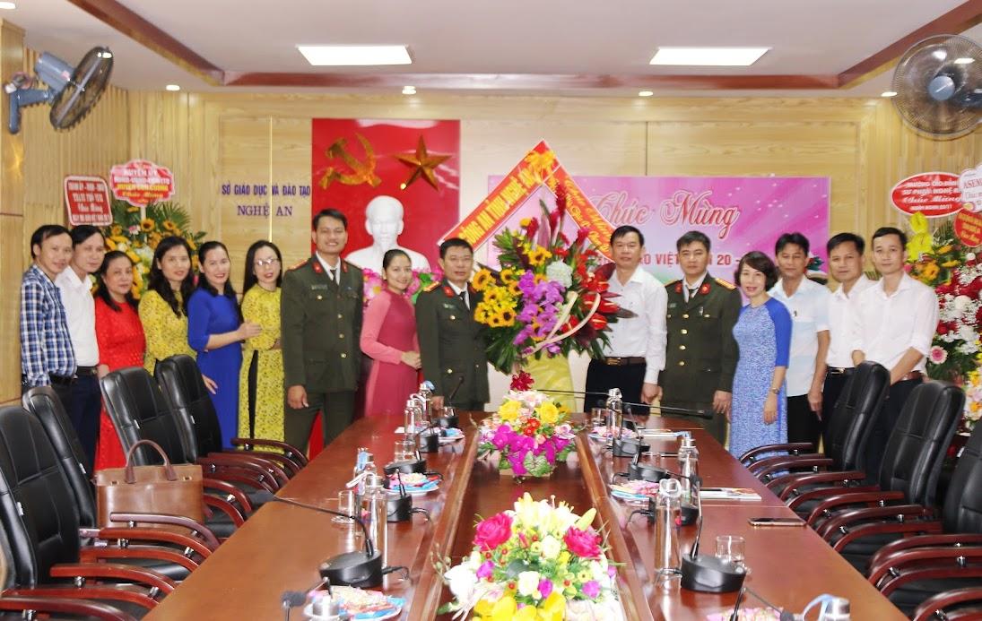 Đoàn công tác chúc mừng các thầy cô, cán bộ tại Sở Giáo dục và Đào tạo Nghệ An