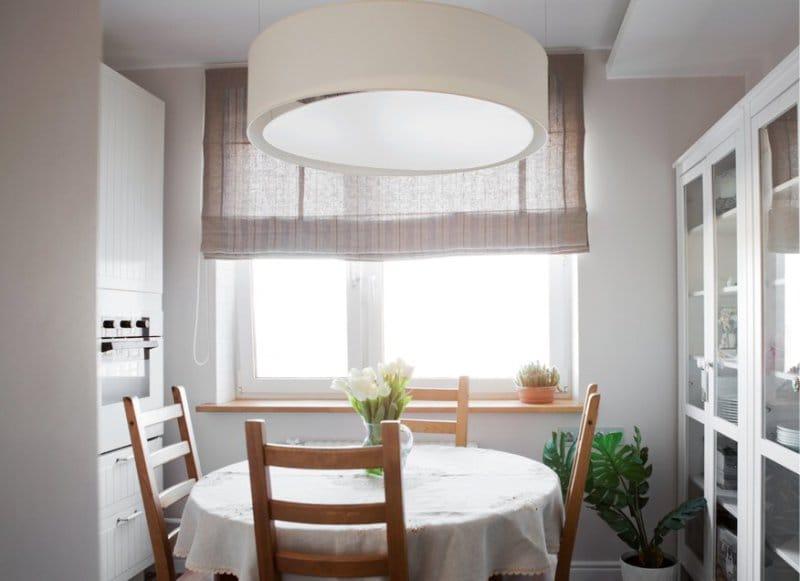 Круглый-стол-в-интерьере-маленькой-кухни.jpg