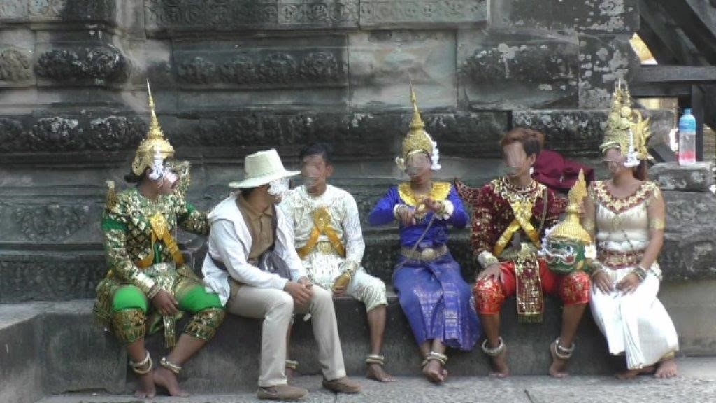 Darsteller und Darstellerinnen in Angkor Wat in historischen Gewändern