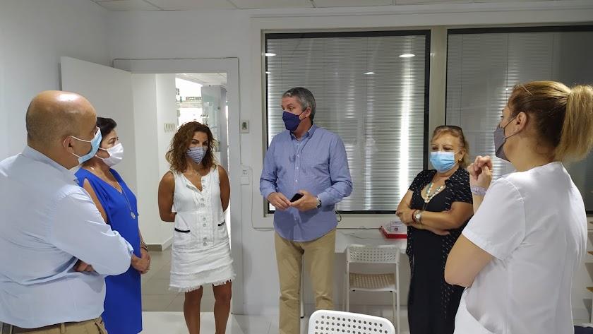 Juan de la Cruz Belmonte visita el Centro de Atención Temprana de Huércal-Overa.