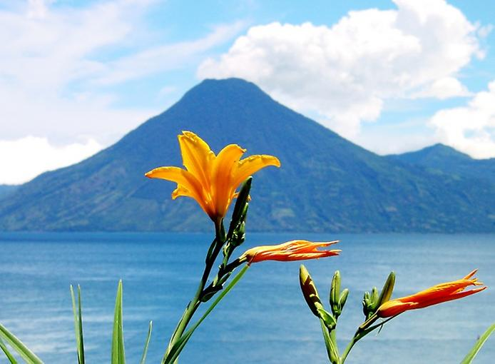 Photo: Атитлан - удивительное пресноводное озеро, настолько глубокое, что местные жители, майя, считают его бездонным – от поверхности до дна в нем 340 м.