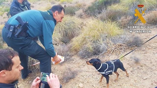 Uno de los agentes con Paco, el perro rescatado.