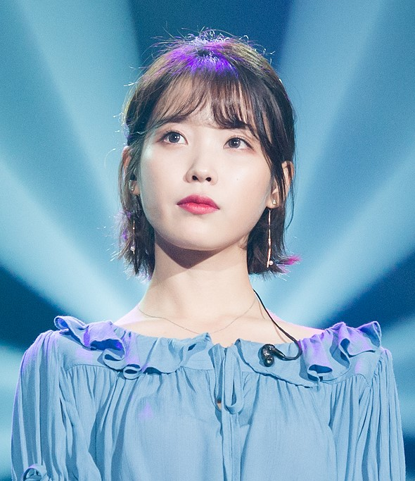 IU_at_24_Steps_-_One,_Two,_Three,_Four_concert,_4_December_2016_09