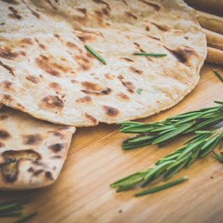Grilled Naan bread recipe with toppings