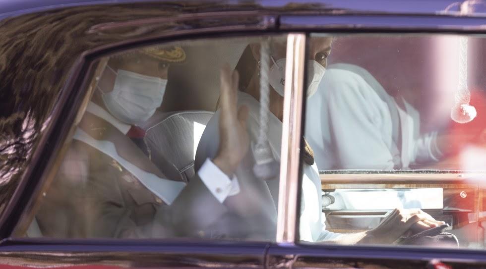 Felipe VI y doña Letizia saludan desde el coche.