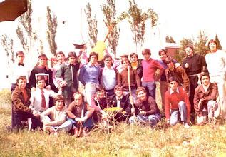 """Photo: Foto que me envía el P.Vicente Suárea desde Lima (Perú). 24 Mayo 1975: Con motivo de las fiestas colegiales de ese año, el Prior, P. Jesús Martín, me pidió que dirigiera a los chicos en una obra de teatro titulada """"Los Cuatro Robinsones"""". Lo hice con gusto y fue una experiencia muy bonita de amistad con los muchachos. A lo largo de la representación nos hicieron varias fotografías, pero como yo estaba bajo la """"concha"""" del apuntador, no salí en ninguna. Entonces los muchachos, al día siguiente (precisamente el 24 de mayo), quisieron sacarse esta foto conmigo en el patio tras el teatro. Hace años recordaba el nombre de casi todos; ahora sólo recuerdo el de Chivite (3º a mi izquierda con cuello de cisne amarillo)."""