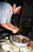 Photo: 03180 ブルド/ハスバータルイ家/夕食/塩ゆでにした内臓料理/少しずつナイフで切り取って食べる